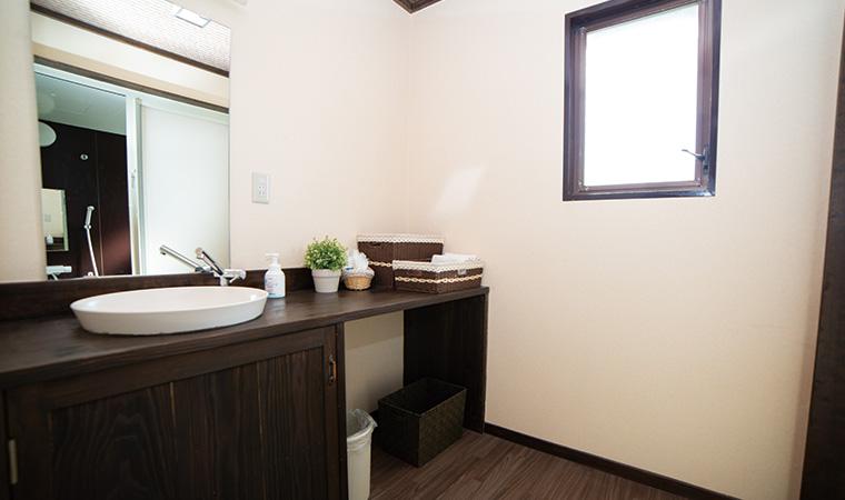 落ち着いた雰囲気の洗⾯所