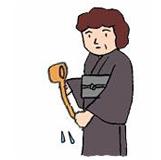 4.左手に水をかけ、ひしゃくを立て柄を清め、懐紙かハンカチで口と手を拭きます。